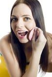 Mujer hermosa joven que aplica el polvo Imagen de archivo