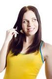 Mujer hermosa joven que aplica el polvo Imágenes de archivo libres de regalías