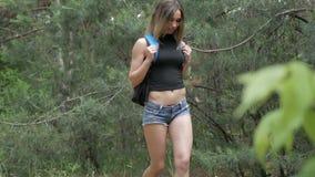 Mujer hermosa joven que busca la ruta metrajes