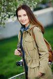 Mujer hermosa joven que camina en el parque Viajero con la cámara del vintage Imagen de archivo