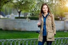 Mujer hermosa joven que camina en el parque Viajero con la cámara del vintage Fotografía de archivo