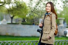 Mujer hermosa joven que camina en el parque Viajero con la cámara del vintage Imagenes de archivo