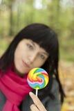 Mujer hermosa joven que come el caramelo Imagenes de archivo