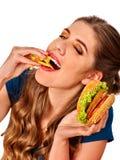 Mujer hermosa joven que come la pizza grande Foto de archivo