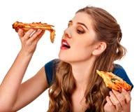 Mujer hermosa joven que come la pizza grande Foto de archivo libre de regalías