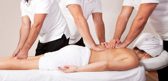 Mujer hermosa joven que consigue masaje Imagen de archivo