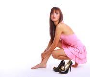 Mujer hermosa joven que desgasta sentarse de los altos talones Fotografía de archivo libre de regalías