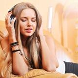 Mujer hermosa joven que disfruta de la música Foto de archivo