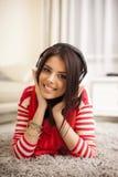 Mujer hermosa joven que disfruta de la música en el hom Fotos de archivo