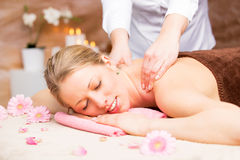 Mujer hermosa joven que disfruta de masaje en el estudio del balneario Imagen de archivo libre de regalías