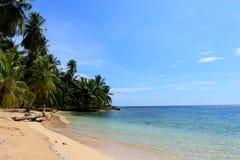 Mujer hermosa joven que disfruta de su tiempo y que descansa cerca del mar en la playa meridional de la isla de Pelicano, Panamá Fotos de archivo