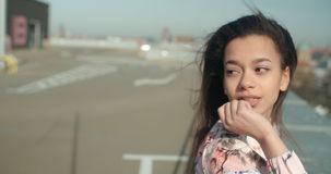 Mujer hermosa joven que disfruta de tiempo en un tejado Fotos de archivo libres de regalías
