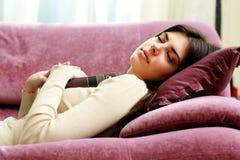 Mujer hermosa joven que duerme con el libro Fotografía de archivo