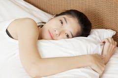 Mujer hermosa joven que duerme en cama, por mañana Fotos de archivo