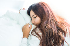 Mujer hermosa joven que duerme en la cama Foto de archivo