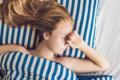 Mujer hermosa joven que duerme en su cama y que se relaja en el MES Fotos de archivo libres de regalías