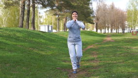 Mujer hermosa joven que ejercita al aire libre Hembra del deporte que practica estirando ejercicios metrajes