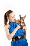 Mujer hermosa joven que enseña a su pequeño perro Imagenes de archivo