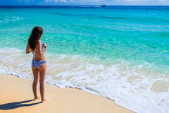 Mujer hermosa joven que goza en el océano tropical G magnífico Imágenes de archivo libres de regalías