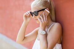 Mujer hermosa joven que habla en el teléfono Imagen de archivo libre de regalías