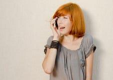 Mujer hermosa joven que habla en el teléfono móvil Foto de archivo
