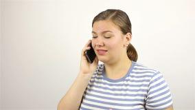 Mujer hermosa joven que habla en el teléfono Malas noticias almacen de video
