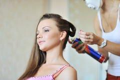 Mujer hermosa joven que hace el peinado del artista del estilista imagen de archivo