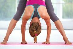 Mujer hermosa joven que hace yoga Fotos de archivo libres de regalías