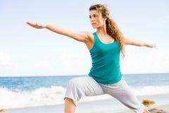 Mujer hermosa joven que hace yoga en la playa fotos de archivo libres de regalías