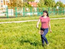 Mujer hermosa joven que juega a bádminton fotografía de archivo libre de regalías