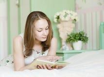 Mujer hermosa joven que lee un libro Imagen de archivo
