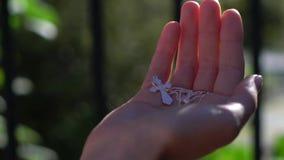 Mujer hermosa joven que lleva a cabo la cruz de plata en manos Religión del cristianismo almacen de metraje de vídeo