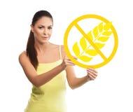 Mujer hermosa, joven que lleva a cabo un símbolo libre del gluten fotos de archivo