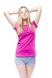 Mujer hermosa joven que lleva la camiseta rosada Imagen de archivo libre de regalías