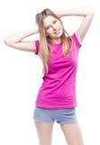 Mujer hermosa joven que lleva la camiseta rosada Foto de archivo