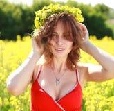 Mujer hermosa joven que lleva una guirnalda de flores amarillas Foto de archivo libre de regalías