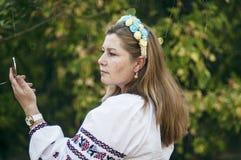 Mujer hermosa joven que lo presenta en la guirnalda floral hermosa 40 encendido Fotografía de archivo libre de regalías