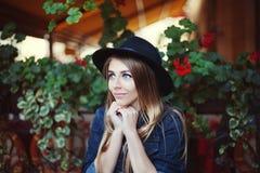 Mujer hermosa joven que mira anhelante para arriba Fondo colorido Fotografía de archivo libre de regalías