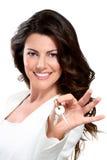 Mujer hermosa joven que muestra claves del apartamento Imagen de archivo