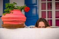 Mujer hermosa joven que oculta detrás de la pared blanca Concepto para el adve Foto de archivo