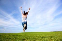Mujer hermosa joven que salta para la alegría fotos de archivo