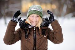 Mujer hermosa joven que se divierte en invierno Juego activo con nieve Imagen de archivo