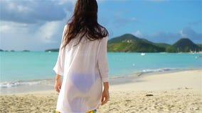 Mujer hermosa joven que se divierte en la costa tropical Muchacha feliz que camina en la playa tropical de la arena blanca Cámara almacen de video