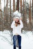 Mujer hermosa joven que se divierte en parque del invierno Fotos de archivo libres de regalías