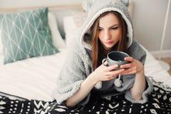 mujer hermosa joven que se relaja en casa en la cama Imágenes de archivo libres de regalías