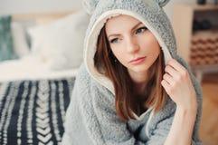 mujer hermosa joven que se relaja en casa en la cama Imagen de archivo libre de regalías