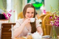 Mujer hermosa joven que se sienta en café Fotografía de archivo
