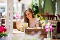 Mujer hermosa joven que se sienta en café Fotos de archivo