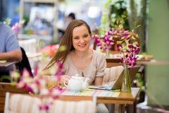 Mujer hermosa joven que se sienta en café Imagen de archivo