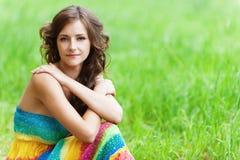 Mujer hermosa joven que se sienta encendido Fotos de archivo libres de regalías